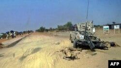 Xác chết dường như là binh sĩ đồng minh của cựu phó tổng thống Machar nằm cạnh chiếc quân xa bị phá hư hại, ở thị trấn Bor, 28/12/13