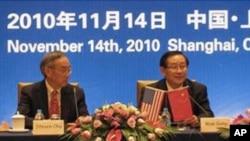 美国能源部长朱棣文(左)和中国科技部部长万钢(右)