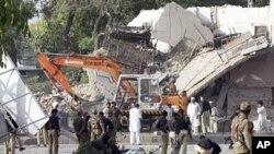 巴基斯坦士兵和警察周三在白沙瓦检查一座受到袭击的建筑
