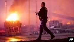 27일 볼티모어에서 경찰에 구금된 흑인 청년이 사망한 데 대한 항의시위가 폭력 사태로 번진 가운데, 상가 건물이 방화로 불타고 있다.