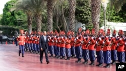 U.S. President Barack Obama is welcomed by a Senegalese honor guard as he arrives at the presidential palace in Dakar, Senegal, June 27, 2013.