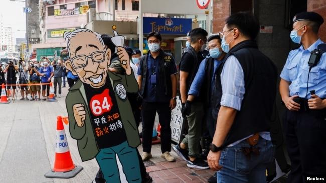 香港警方2021年9月9日突袭六四纪念馆时搬走了支联会创始人司徒华的头像(路透社)