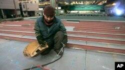 폴란드에 파견된 북한 노동자가 지난 2006년 3월 북부 항구도시 그단스크의 조선소에서 용접 작업을 하고 있다. (자료사진)