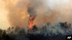 Kebakaran hutan tidak terkendali di Horsetooth Reservoir, sebelah Timur Fort Collins, Colorado (15/3).