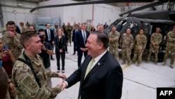 Le secrétaire d'État américain Mike Pompeo avec les forces américaines à la base aérienne de Bagram, en Afghanistan, le 9 Juillet 2018.