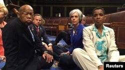 برخی از اعضای دموکرات مجلس نمایندگان در اعتراض به بی توجهی جمهوریخواهان از روز چهارشنبه در صحن مجلس تحصن کردند.