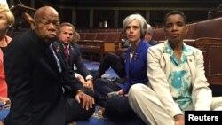 22일 미국 민주당 하원의원들이 워싱턴 국회의사당 바닥에 앉아 총기규제 관련법의 입법을 촉구하는 연좌농성을 벌이고 있다.