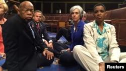 2016年6月22日,众议院的民主党议员在国会众院举行静坐,要求对枪支控制议案进行表决。(参加静坐的民主党议员推到网上的照片)。