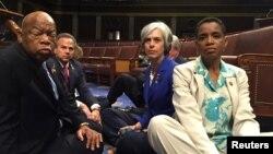 Một bức ảnh được đăng lên Twitter bởi dân biểu Donna Edwards (phải) cho thấy các thành viên Dân chủ của Hạ Viện ngồi tọa kháng đòi biểu quyết về kiểm soát súng ống, ngày 22 tháng 6 năm 2016.