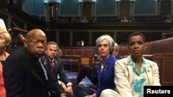 John Lewis, un sit-in avec d'autres députés, Chambre des représentants, Washington.