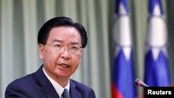 台灣外交部長吳釗燮在台北的一個記者會上講話。(2018年8月21日)