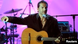 "Guatemalan singer Ricardo Arjona performs at the 14th annual ""ASCAP Latin Music"" awards in Beverly Hills March 7, 2006. The American Society of Composers, Authors and Publishers (ASCAP) honored Arjona with the ""ASCAP Latin Heritage"" award for his contribu"