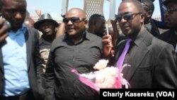 MaîtreJean Paul Lumbulumbu, à droite de la photo, lors de la cérémonie de la fin du deuil national le 18 août 2016 à Goma, RDC. (VOA/Charly Kasereka)