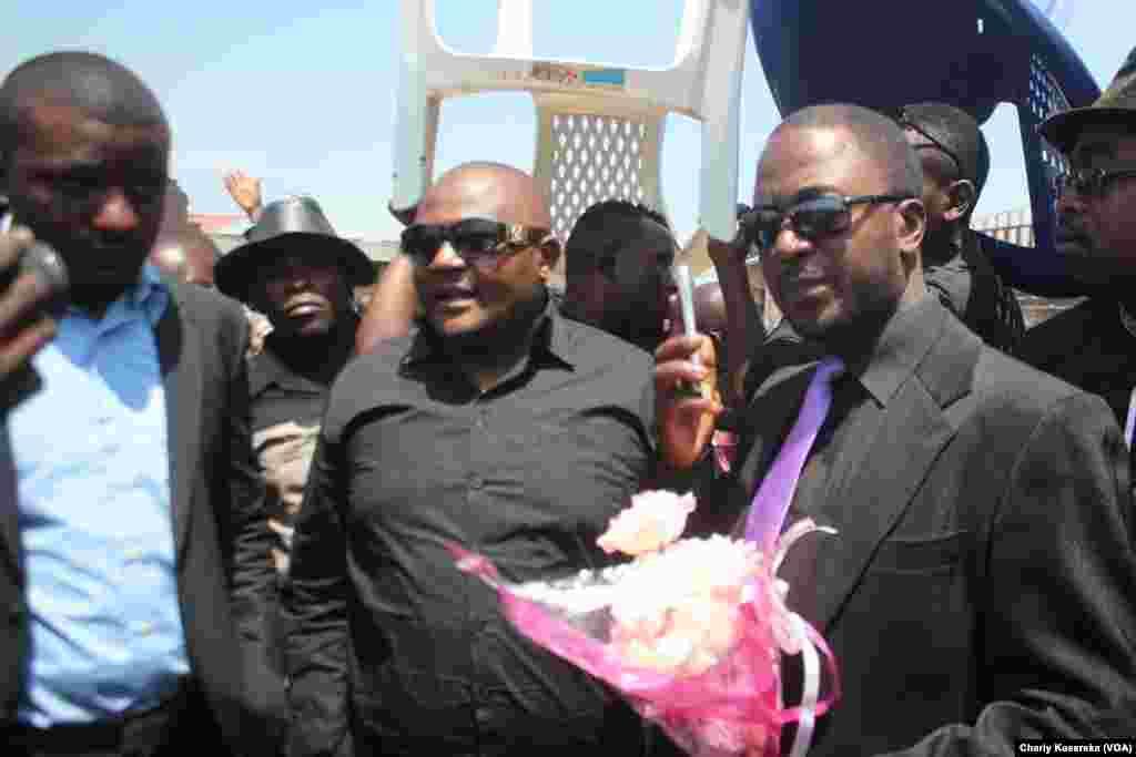 Jean Paul lumbulumbu à droit de la photo, lors de la cérémonie de la fin du deuil national le 18 août 2016 à Goma. (VOA/Charly Kasereka)