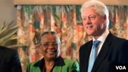 Ansyen prezidan ameriken Bill Clinton ak kandida a laprezidans Mirlande Manigat (foto achiv)