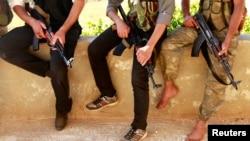 Des rebelles syriens à un barrage à Alep