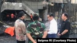 El presidente Jokowi visitó el lugar de la explosión de una bomba en la Iglesia Cristiana de Indonesia en Surabaya.