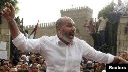 ທ່ານ Safwat Hegazy ນັກບວດສັງກັດໃນກຸ່ມພະລາດອນພາບມຸສລິມຮ້ອງຄໍາຂວັນ ໃນລະຫວ່າງການປະທ້ວງຕໍ່ການທີ່ອິສຣາແອລ ດໍາເນີນການທະຫານ ຢູ່ເຂດ Gaza ຫລັງການ ສວດມົນຢູ່ວັດ Al Azhar ໃນກຸງໄຄໂຣເກົ່າ ໃນວັນທີ 16 ພະຈິກ 2012.