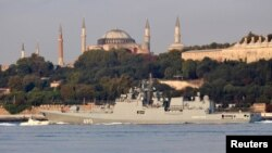Российский фрегат «Адмирал Эссен» в проливе Босфор