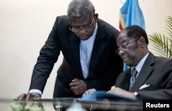 Le ministre Alexis Thambwe Mwamba, à droite, à Kinshasa, le 1er janvier 2017.