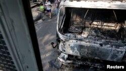 曼谷政府大楼附近抗议者和警察发生冲突后被焚毁的车辆
