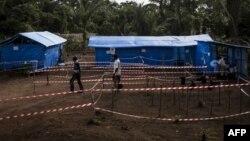 Des agents de santé dans une unité de quarantaine d'Ebola à Muma, après qu'un cas d'Ebola ait été confirmé dans le village, en RDC, le 13 juin 2017.