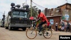 La police anti-émeute patrouillent dans la banlieue de Kibera à Nairobi, Kenya, le 7 août 2017.