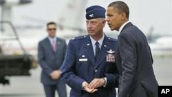 图为奥巴马总统8月9日到达德拉瓦州的多佛空军基地时