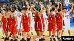 지난 2002년 부산 아시안 게임 남자 종구 8강전 경기를 치른 남북한 대표팀 선수들이 관중을 향해 손을 흔들고 있다.