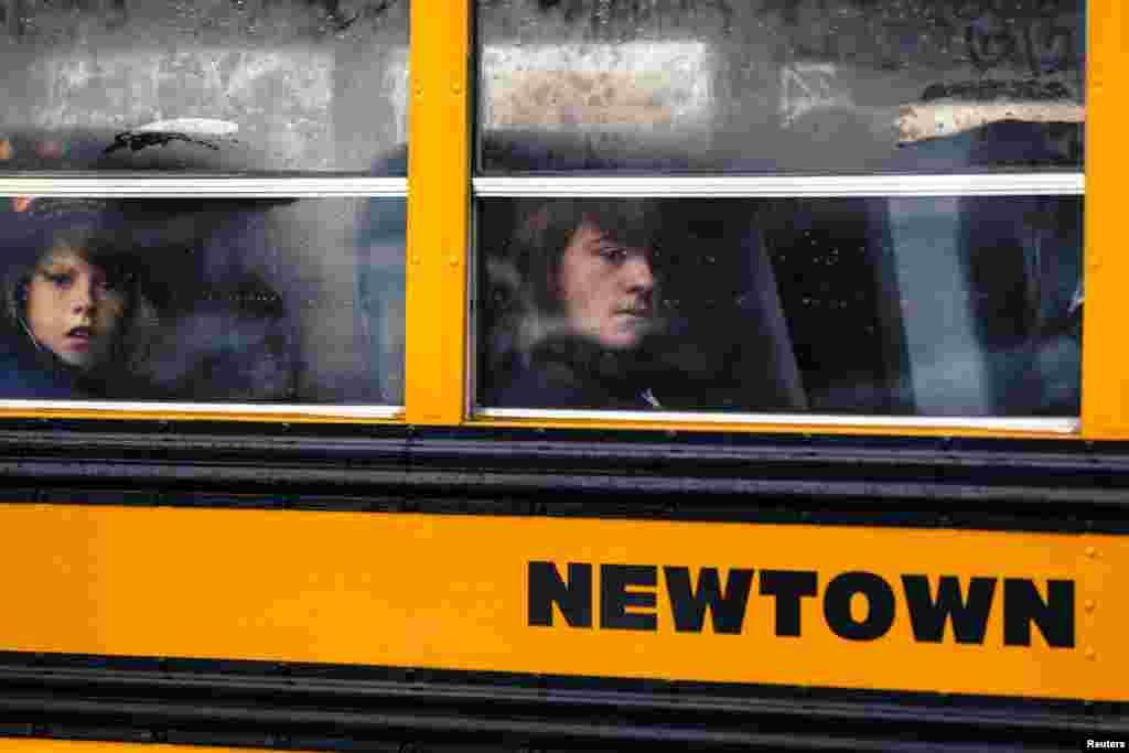 미국 코네티컷주 뉴타운에서 18일 공립학교들이 수업을 재개한 가운데, 통학버스를 타고 등교 중인 학생들.