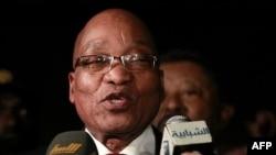 Tổng thống Nam Phi Jacob Zuma (hình trên) và 3 nguyên thủ quốc gia khác của Châu Phi đã hội kiến ông Gadhafi trong vài giờ đồng hồ tại khu tư dinh của ông ở Tripoli
