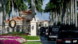 """美國總統川普的車隊星期一離開他位於佛羅里達州西棕櫚灘的""""海湖莊園""""。"""