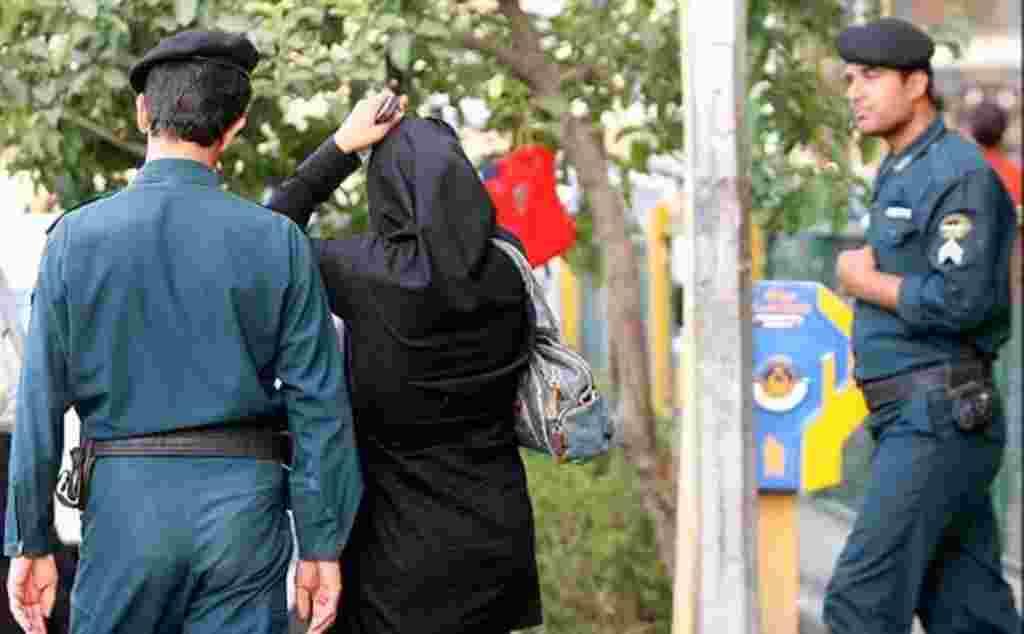 مردها نير در ايران همزمان با استقرار پليس امنيت اخلاقی از بستن گردن بند منع شدند برای خواندن مقاله کليک کنيد