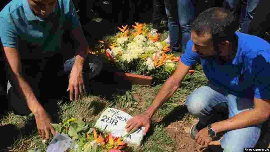 Familiares logran entrar al entierro de sus seres queridos abatidos en la llamada masacre de El Junquito en Venezuela.
