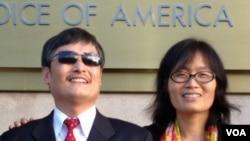 2013年1月31日,陳光誠和妻子袁偉靜在美國之音總部。(美國之音寶申拍攝)
