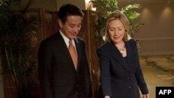 Міністр закордонних справ Японії Сейдзі Маехара і державний секретар США Гілларі Клінтон на Гаваях