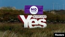 """2014年9月14日苏格兰刘易斯岛上""""赞成""""和""""反对""""独立的牌子"""
