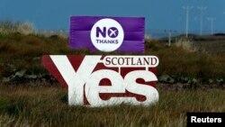 ផ្លាកសញ្ញាដែលសរសេរថា«គាំទ្រ» (Yes) និង«មិនគាំទ្រ» (No) ក្នុងយុទ្ធនាការគាំទ្រនិងប្រឆាំងនឹងឯករាជ្យរបស់រដ្ឋស្កុតលែនដាច់ចេញពីចក្រភពអង់គ្លេស ដែលត្រូវបានដាក់នៅលើកោះ Isle of Lewis នៅរដ្ឋស្កុតលែនកាលពីថ្ងៃទី១៤ ខែកញ្ញា ឆ្នាំ២០១៤។