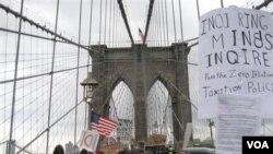 Ratusan pendukung aksi demo yang berkemah di Wall Street dalam dua minggu belakangan ini, bergerak menyebrangi jembatan Brooklyn sebelum dibubarkan polisi (1/10).