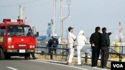救火隊員和福島當地居民在海嘯預警之後觀察海水水位(2016年11月22日)