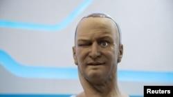 El robot humanoide, Han, diseñado por Hanson Robotics guiña un ojo durante su presentación en Japón.