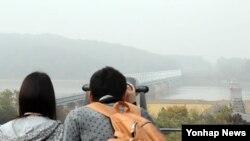 임진각을 방문해 안개에 싸인 북쪽을 바라보고 있는 관광객들