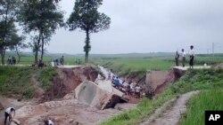 수해 복구작업을 하는 북한 주민들