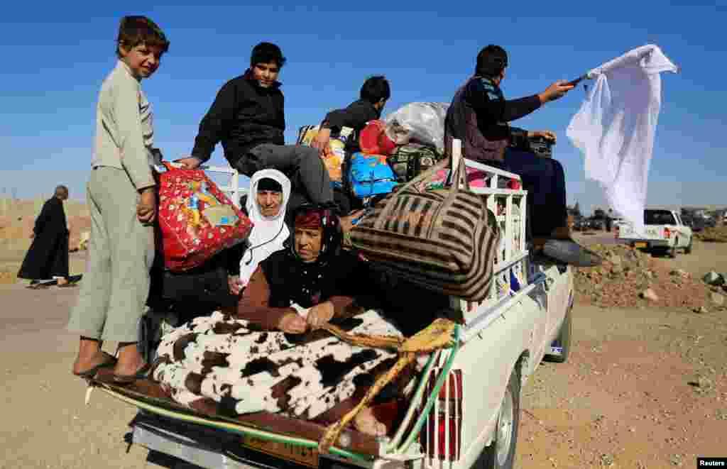 عراقی جنگ سے افراد اپنی جانیں بچانے کے لیے اپنی بستیاں اور آبادیاں خالی کر رہے ہیں۔