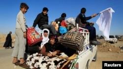 Sur la route à l'est de Mossoul, des Irakiens fuyant le conflit à Gogjali, le 3 novembre 2016. (REUTERS/Zohra Bensemra)
