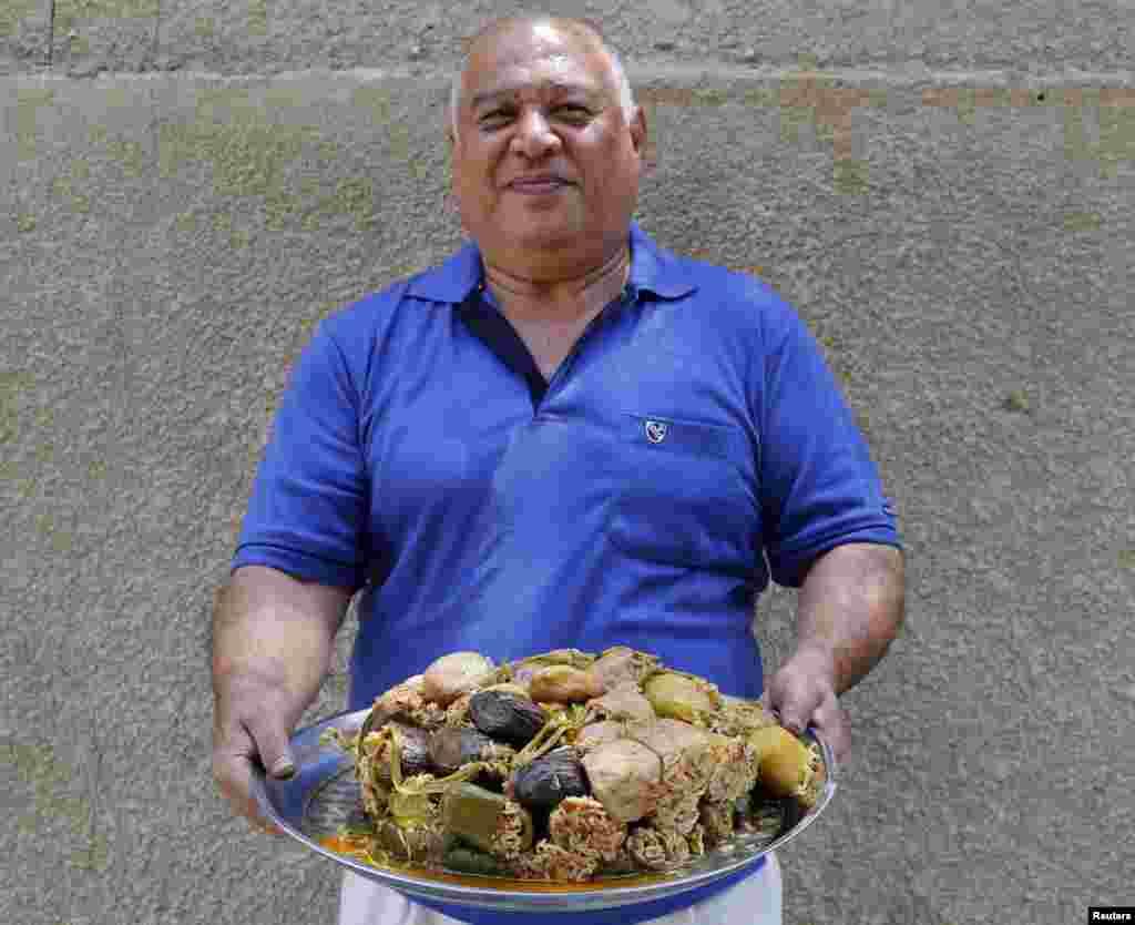 بغداد میں حسین ہاوی نے سبزی، چاول اور گوشت سے عراق کی روائتی ڈش تیار کی ہے۔