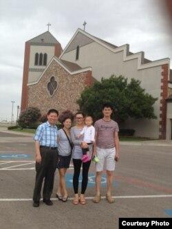 傅希秋牧师和师母海蒂、张慧馨及女儿和丈夫孙著磊(从左至右)(对华援助协会)