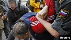 俄罗斯警察逮捕在莫斯科举行抗议活动的人士