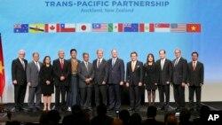 TPP成员国代表在新西兰签署协议后合影。