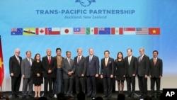 Đại diện các nước tham gia ký kết Hiệp định Đối tác Xuyên Thái Bình Dương ở Auckland, New Zealand, 4/2/2016. Khối 12 nước tham gia TPP chiếm gần 40% lượng GDP toàn cầu.
